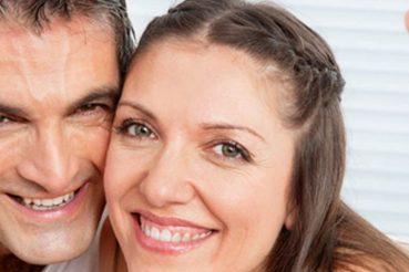 Paare finden sich auf ElitaPartner