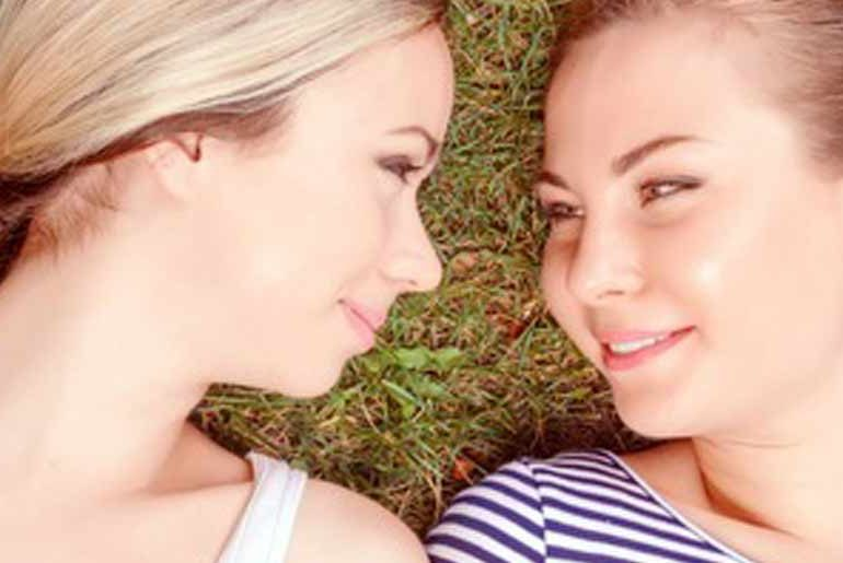Lesbisches Paar findet sich auf queerpoint